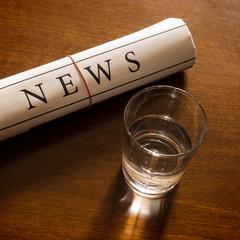 news zeitung und glas wasser