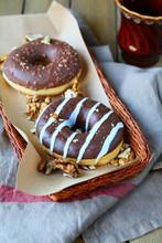 beignets noix avec glaçage au chocolat