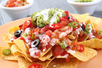 cibo messicano nachos con salse