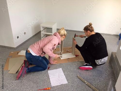 Zwei junge Frauen in der neuen Wohnung