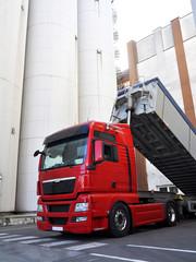 abladen LKW in Raffinerie // unload a truck in a refinery