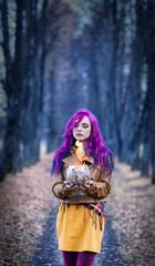 Девушка с фиолетовыми волосами в готическом лесу
