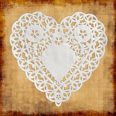 Napperon en papier forme coeur fond beige