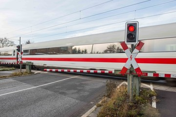 Bahnübergang - Ein Schnellzug fährt gerade vorbei
