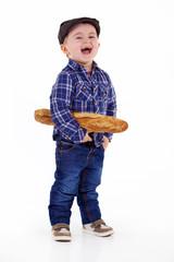petit garçon avec une baguette de pain dans les mains
