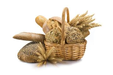 Cesta con panes y cereales variados aislados sobre fondo blanco