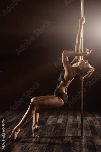 Foto op Plexiglas Luchtsport pole dancer