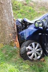 Verkehrsunfall - PKW gegen Baum