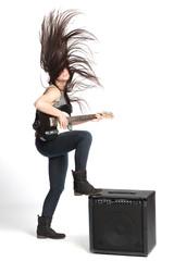 Mädchen mit Gitarre und Verstärker