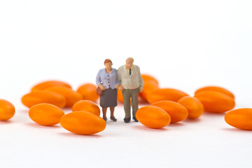 Seniorenpaar mit Tabletten