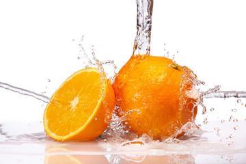 Frische Orangen ins Wasser geworfen