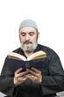 Hombre musulmán leyendo el corán