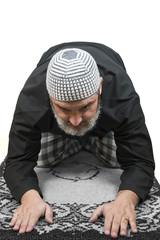 Hombre musulmán rezando sobre una alfombra