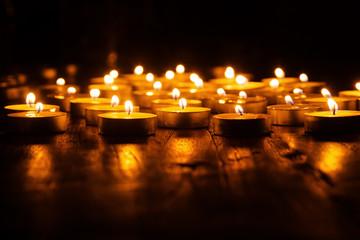 Kerzenlichter auf einem Holztisch