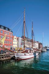 Alte Schiffe und bunte Häuser in Nyhavn in Kopenhagen