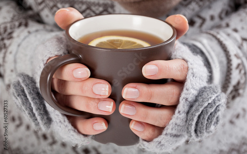 Tuinposter Thee Woman hands with hot drink