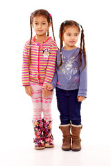 petites filles avec des couettes chahute avec sa soeur