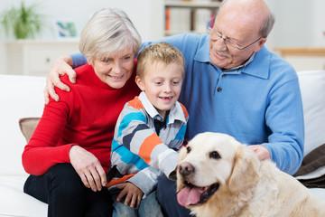 senioren mit enkel und hund
