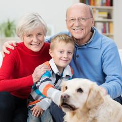 glückliche großeltern mit enkel und hund