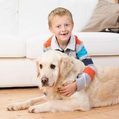 kleiner junge umarmt seinen hund