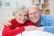 zufriedenes älteres ehepaar zu hause