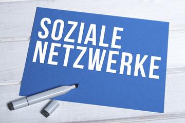 Soziale Netzwerke blaue Tafel mit Schrift