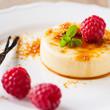 Vanille-Dessert mit Himbeeren - 60534351