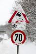 Verkehrszeichen und Neuschnee