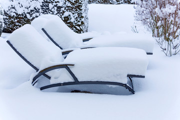 Schneebedeckte Gartenmöbel