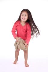 petite fille au réveil avec son ours en peluche