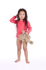 réveil difficile pour une petite fille avec son ours en peluche