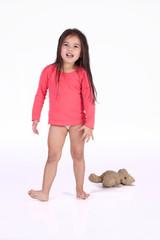 petite fille chahute avec son ours en peluche