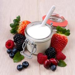 Frische Beeren und Joghurt