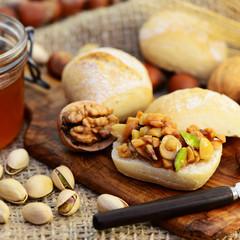 Brötchen mit Nüssen und Honig