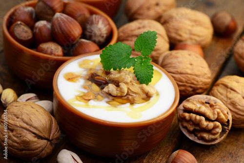 Joghurt mit Honig und Nüssen