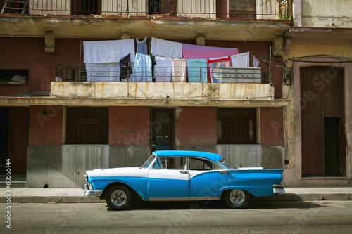 Fotobehang Centraal-Amerika Landen HAVANA, CUBA - JUNE 21: Vintage cars on the streets of Havana, J
