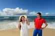 南国の美しいビーチと笑顔のカップル