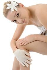 Frau massiert mit Massage-Handschuh