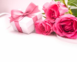 Fototapety Bouquet of roses and gift box