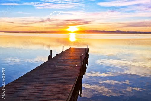Fotobehang Een Hoekje om te Dromen embarcadero apuntando al sol