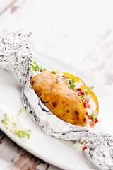 Folienkartoffel mit frischer Kresse und Speckwürfeln