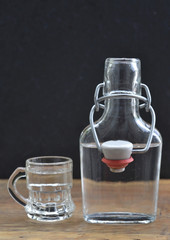 Flasche mit Bügelverschluss und Glas