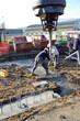 ouvriers maçons utilisant une benne a béton