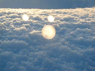 旭川市の-19℃で凍ったシャボン玉に朝日があたる
