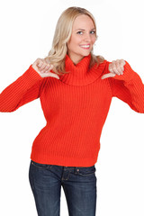 Blonde lachende junge Frau zeigt auf sich selber