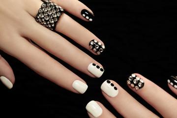 Чёрный и белый со стразами маникюр.