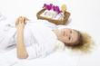 Wellness - Frau entspannt mit Handtuchrolle im Nacken