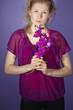 Frau mit lila Orchidee und Schatten (Radiant Orchid)