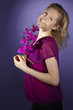 Junge Frau mit lila Orchidee (Radiant Orchid)