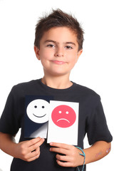 bambino mostra emoticon